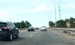Video: Potenciālais 'pašnāvnieks' šķērso ceļu intensīvas satiksmes laikā