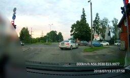 Video: Ceļu satiksmes noteikumu pārkāpējs nonāk policijas nagos