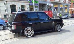 Foto: Āgenskalnā 'Range Rover' apvidniekam pagriezienā nolūst ritenis