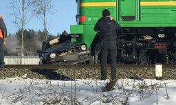 На переезде в Кегумсе столкнулись Golf и товарный поезд; двое погибших