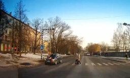 Rīgā uz gājēju pārejas 'Audi' notriec sievieti