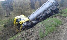 Foto: Kravas auto iegāzies grāvī
