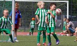 Kā vecāku sponsorētās bērnu futbola komandas sacentās ar pašvaldības finansētajām