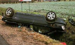 Foto: BMW autovadītājs savu spēkratu pa nakti atstājis grāvī Raganā
