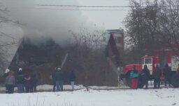 Video: Koknesē ugunsgrēks plosa koka māju