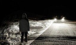 Gājējiem izdalīs sešus tūkstošus gaismu atstarojošas vestes