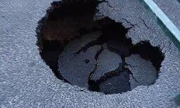 Aculiecinieka video: Tērbatas ielā iebrucis jaunais asfalts