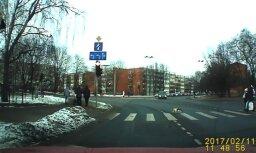 """ЗАБАВНОЕ ВИДЕО: В Пурвциемсе кот переходит дорогу по """"зебре"""""""