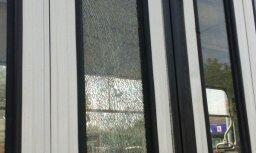 Foto: Pārdaugavā ļaundari sasit 1.tramvajam logu