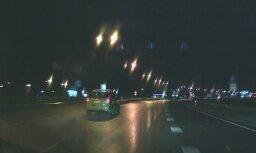 Video: Steidzīgs taksometra vadītājs ignorē luksofora gaismas signālus