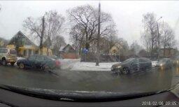 ВИДЕО ОЧЕВИДЦА: Водитель BMW шпарит по встречной полосе