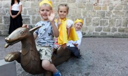 Foto: Jaunais bērnu laukums-vides objekts 'Labirints' pie Rīgas Doma