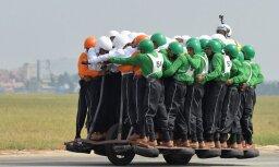 Video: Jauns pasaules rekords – 58 cilvēki uz viena motocikla
