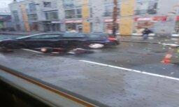 Video: Čaka ielā Rīgā motociklists un vieglā automašīna nesadala ceļu