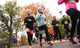 Foto: Rudenīgais Siguldas pusmaratons pulcē desmitiem skrējēju