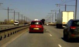 Dīvains kaskadieris uz Salu tilta (video)