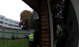 Video: Vīrietis ielaužas svešā mājā, lai nosnaustos