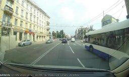 Video: 'Mercedes' Rīgas centrā pārkāpj ceļu satiksmes noteikumus