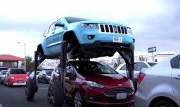 Video: Hidrauliski paceļams 'Jeep' pilsētas sastrēgumu pārbraukšanai