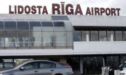 """ДТП в аэропорту """"Рига"""": автомобиль врезался в деревья и рекламные стенды"""