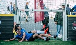Foto: 12 stundas futbola pie Brīvības pieminekļa