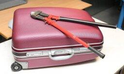 ВИДЕО: Как сотрудник аэропорта на острове Пхукет ворует багаж