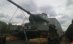 Rēzeknē piestāj leģendārais tanks no filmas 'Četri tankisti un suns'