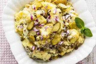 Jauno kartupeļu biezenis ar sīpoliem, marinētiem gurķiem un piparmētrām