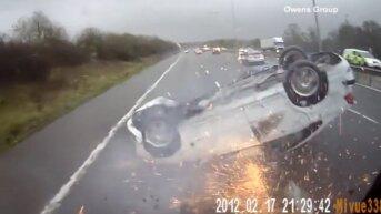 Britu policija izplatījusi iespaidīgas autoavārijas video