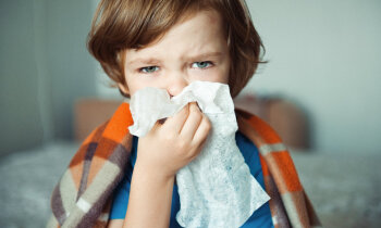 Uzlīmē plāksterīti bērna degunam un iesnas pazūd. Vai teipi ārstē?