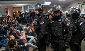 Video: Opozīcijas aktīvisti Belgradā ielaužas TV ēkā; Vučičs sola aizsargāt likumu un kārtību