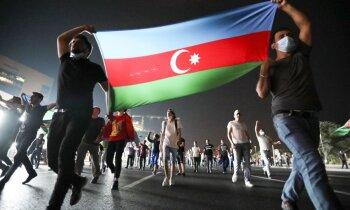 Azerbaidžānā tūkstoši protestā pieprasa iet karā ar Armēniju