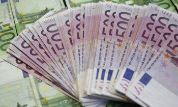 Trīs vīrieši no kādas bankas izkrāpj 70 000 eiro