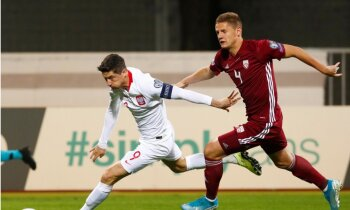 Latvijas futbolisti Vaņina 100. spēlē noskatās uz Levandovska 'hat trick '