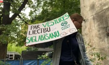 Video: Uzreiz pēc domes vēlēšanām pie bijušā velotreka 'Marss' ieradušies koku zāģētāji un protestētāji (plkst. 12:29)