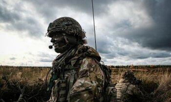 Foto: 'Niknais cirvis' – NATO karavīri slīpē prasmes mācībās Ādažos