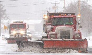Sniega vētrai upuri ASV, atkusnis Latvijā, slaktiņa draudi Zviedrijā. Aktuālais vienkopus