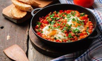 Шакшука – жаренные яйца в помидорах с овощами