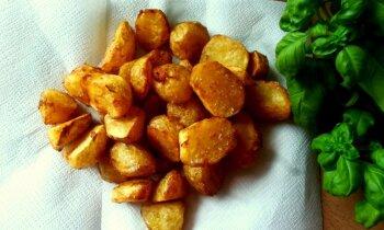 Gluži kā kafejnīcā – eļļā vārīti jaunie kartupelīši ar kraukšķīgu garoziņu