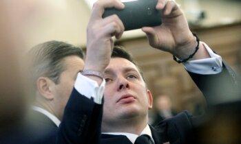 Kaimiņš uz pirmo Saeimas sēdi ieradies ar kameru un 'medī' Junkuru