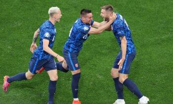 Slovākijas izlase pēc Polijas futbolistu kļūdām izcīna negaidītu uzvaru
