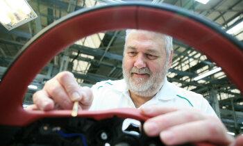 'Bentley' markai 100 gadi – auto tapšanā joprojām daudz roku darba