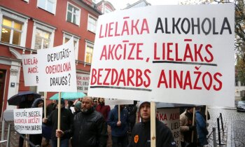 Alkohola nodokļa palielināšanas pretinieki aizvada mierīgu protestu pie Saeimas