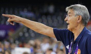 Melnkalnes izlases treneris sodīts par smēķēšanu ģērbtuvē