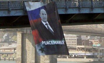 Uz Ņujorkas tilta izkārts plakāts 'Putins – miera nesējs'