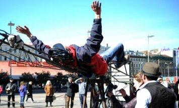 Fotoreportāža: Franči rīdziniekus pārsteidz ar 'kosmiskiem krēsliem'