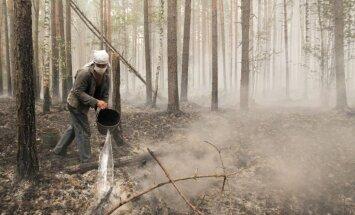 Zalves pagastā ar bruņoto spēku palīdzību dzēš meža ugunsgrēku