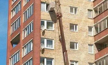 ФОТО: Оригинальная доставка дивана - на 11-й этаж через окно