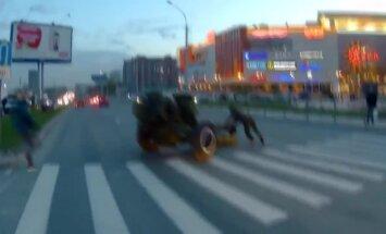 Video: Novosibirskā pa ielu nekontrolēti ripo 3 tonnīga haubice