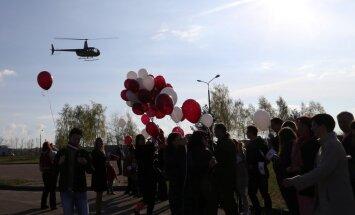 Televīzijas tornī Rīgā pacelts valsts karogs; ceremonija filmēta no helikoptera